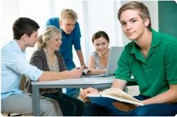 Ältere Schüler beim Gruppenlernen